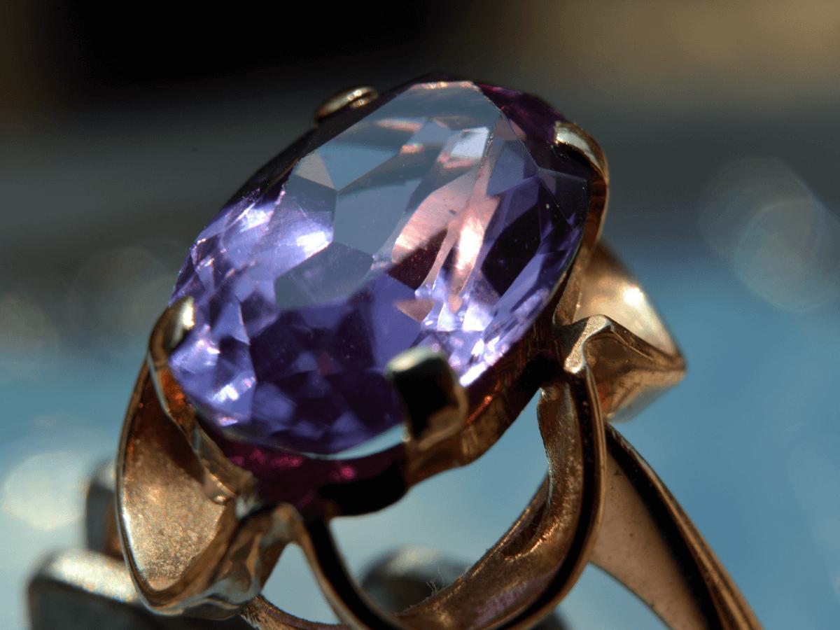 アレキサンドライトは稀少価値が高い宝石の王様!色や産地によって異なる買取価格とは