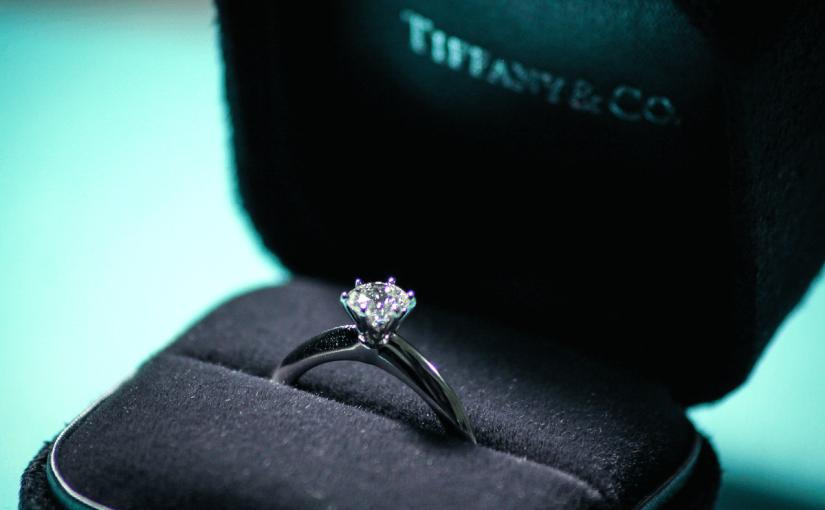 洗練されたデザインに釘付け!ティファニーで最も人気の指輪をご紹介