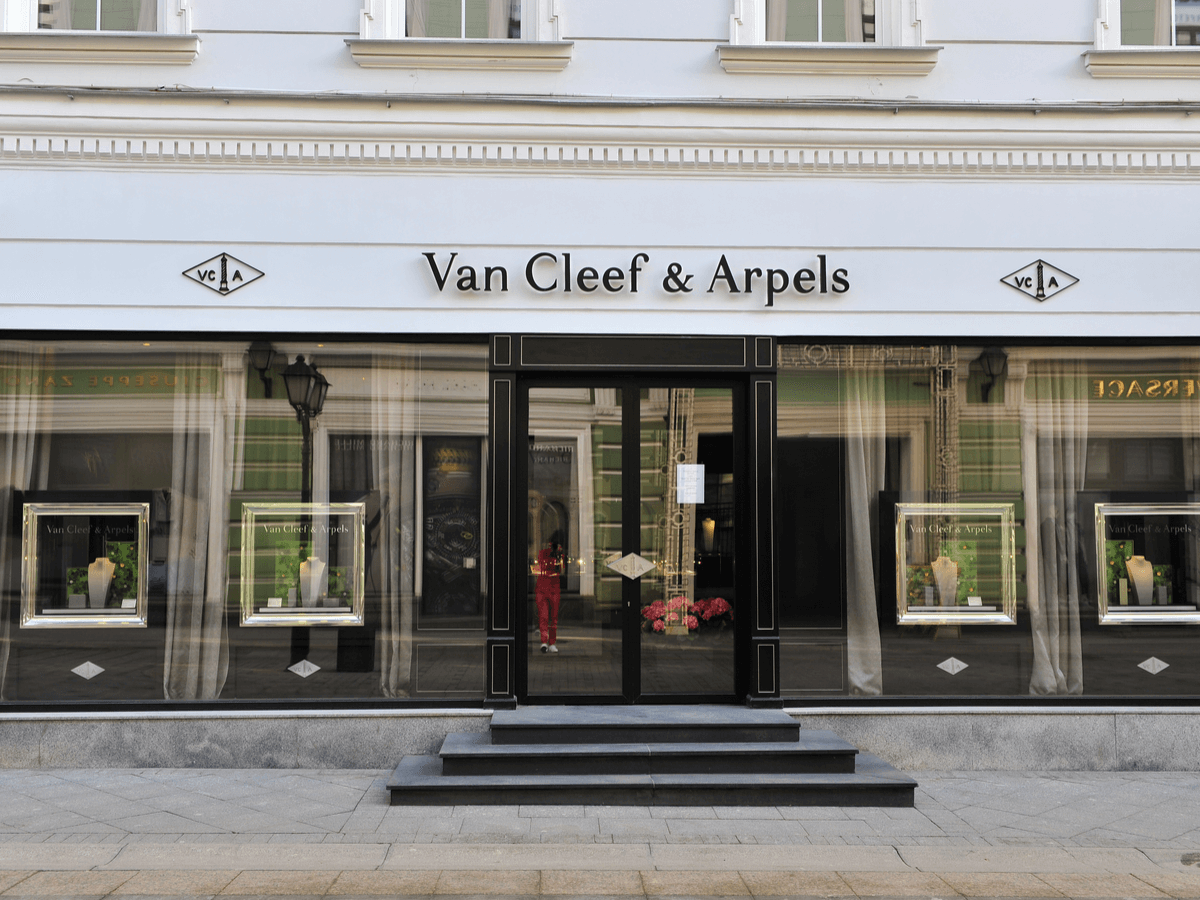 ヴァンクリーフ&アーペルの「アルハンブラ 」の人気商品を一挙公開!クリスマス限定品や人気の天然石も紹介